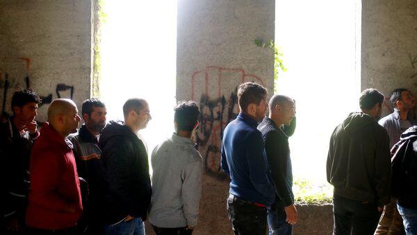 Мигранти у Бихаћу , у згради порушеној за време рата у Босни - Sputnik Србија