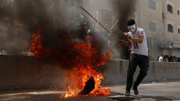 Palestinski domonstarnt u gradu Ramali tokom protesta protiv ambasade Sjedinjenih Država u Jerusalimu - Sputnik Srbija
