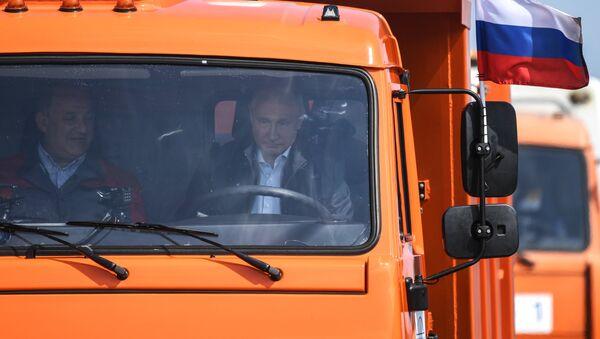 Председник Русије Владимир Путин вози камион преко Кримског моста - Sputnik Србија