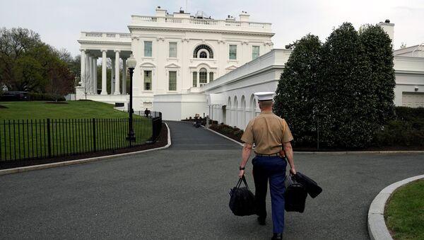 Vojni pomoćnik unosi u Belu kuću torbe sa kodovima za nuklearni arsenal SAD - Sputnik Srbija