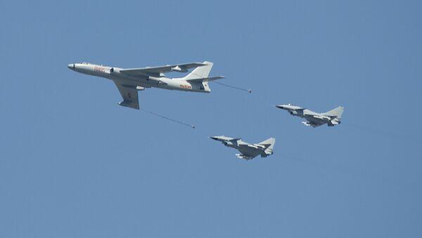 Kineski bombarder H-6 u pratnji lovaca J-10 - Sputnik Srbija