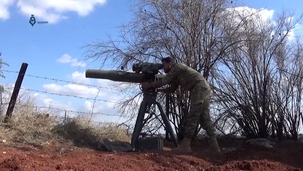 Припадник Војске славе лансира ракету из преносивог противтенковског система на положаје сиријске војске - Sputnik Србија