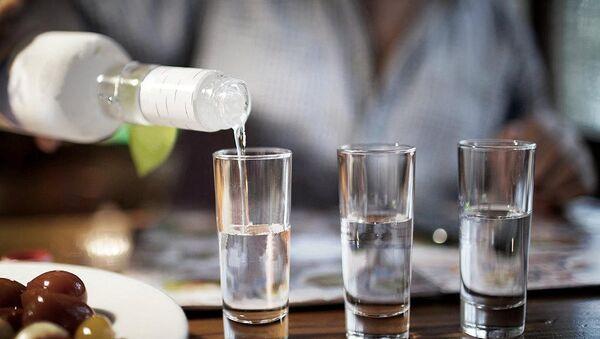 Točenje alkoholnog pića - Sputnik Srbija