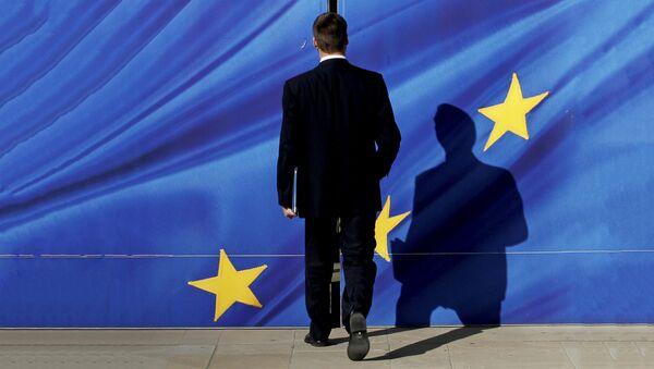 Човек иде ка застави ЕУ у Бриселу - Sputnik Србија