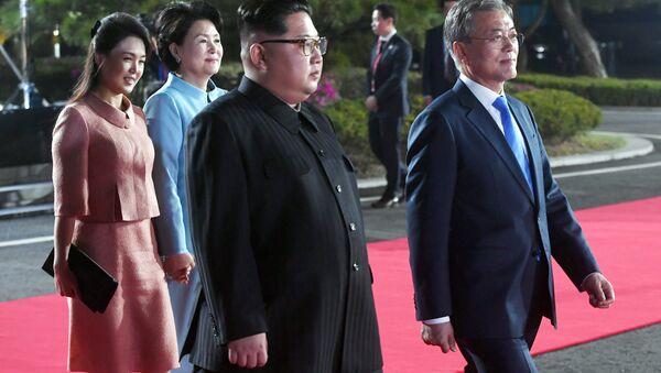 Лидери Северне и Јужне Кореје, Мун Џае Ин и Ким Џонг Ун на састанку у Панмунџому - Sputnik Србија