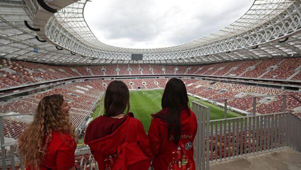 Волонтерке на стадиону Лужњики у Москви - Sputnik Србија