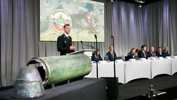 Начелник Одељења за истрагу Националне полиције Холандије Вилберт Паулисен представља резултате истраге пада авиона на лету МХ17 - Sputnik Србија