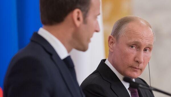 24.05.2018. Ruski predsednik Vladimir Putin i predsednik Francuske Emanuel Makron na peterburškom međunarodnom ekonomskom forumu 2018 - Sputnik Srbija
