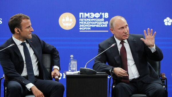 Руски председник Владимир Путин и председник Француске Емануел Макрон на петербуршком међународном економском форуму 2018 - Sputnik Србија