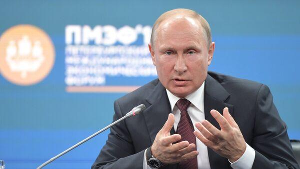 Ruski predsednik Vladimir Putin na peterburškom međunarodnom ekonomskom forumu 2018 - Sputnik Srbija