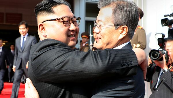Zagrljaj lidera Severne i Južne Koreje Kim Džong Una i Mun Džae Ina u pograničnom gradu u demilitarizovanoj zoni. - Sputnik Srbija