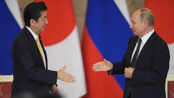 Predsednik Rusije Vladimir Putin i premijer Japana Šinzo Abe - Sputnik Srbija