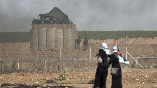 Палестинке стоје испред војних положаја Израела на протесту у Појасу Газе - Sputnik Србија