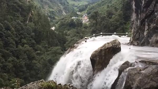 Vožnja kroz vodopad - Sputnik Srbija
