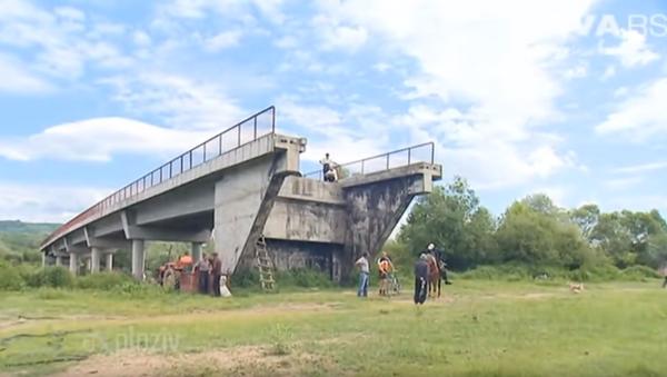 Merdevinama do mosta - Sputnik Srbija