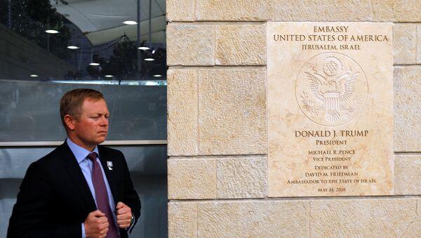 Tabla na ulazu u ambasadu SAD u Jerusalimu - Sputnik Srbija