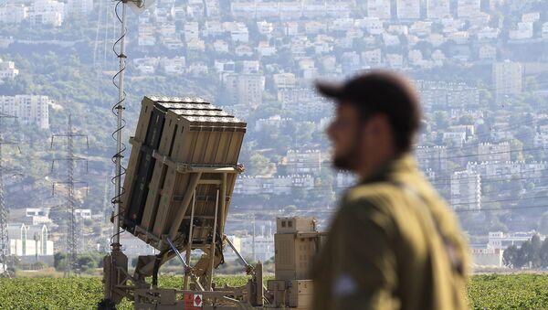 Израелски војник поред ракетног пресретача Гвоздена купола у Хаифи - Sputnik Србија