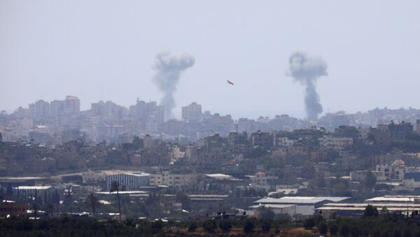 Dim se vije nakon vazdušnog napada u Pojasu Gaze - Sputnik Srbija