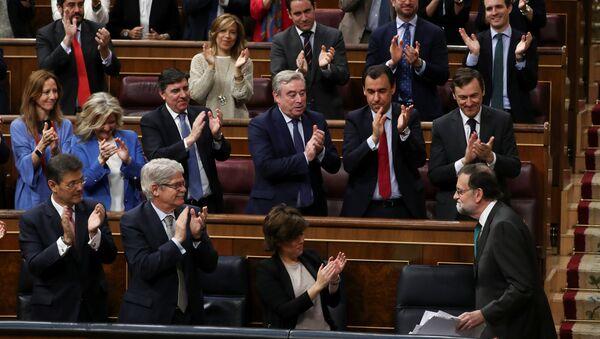 Poslanici u španskom parlamentu aplaudiraju premijeru Marijanu Rahoju. - Sputnik Srbija