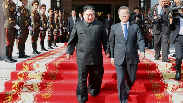 Јужнокорејски председник Мун Џае Ин и севернокорејски лидер Ким Џонг Ун - Sputnik Србија