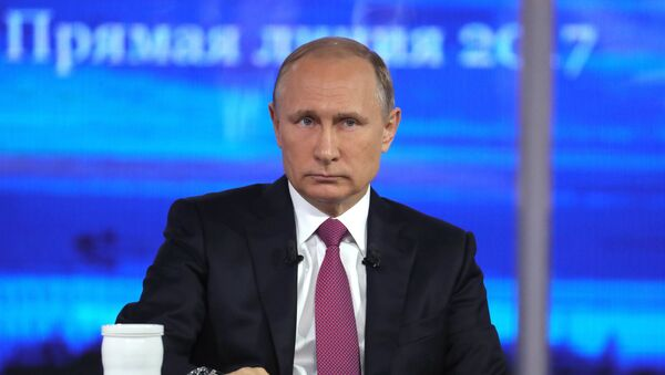 Predsednik Rusije Vladimir Putin tokom programa Direktna linija - Sputnik Srbija