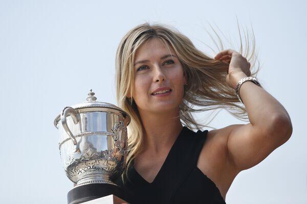 Ruska teniserka Marija Šarapova drži trofej nakon osvajanja turnira Rolan garos u Parizu 2014. - Sputnik Srbija