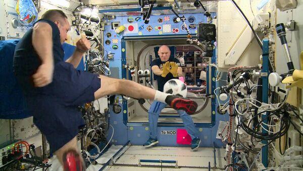 Руски космонаути играју фудбал - Sputnik Србија