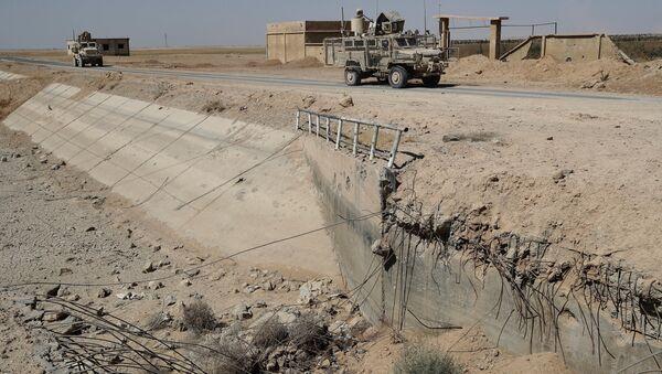 Америчка оклопна возила у близини уништеног моста у Раки на северу Сирије - Sputnik Србија