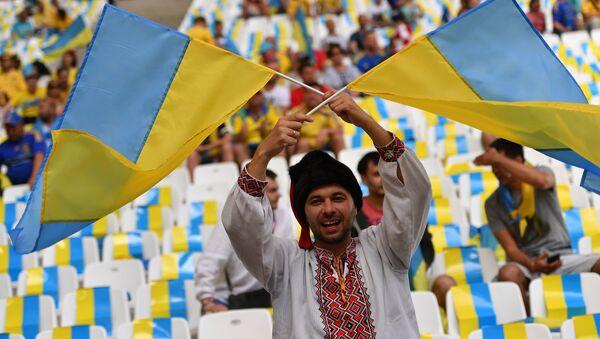 Украјински навијач на фудбалској утакмици између репрезентација Украјине и Пољске - Sputnik Србија