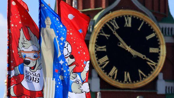 Заставе са логом Светског првенства у фудбалу 2018. испред Спаске куле у Кремљу - Sputnik Србија