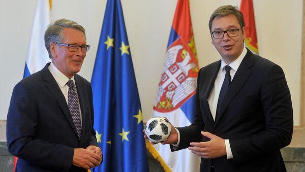 Амбасадор Русије Александар Чепурин поклонио је лопту председнику Србије Александару Вучићу - Sputnik Србија