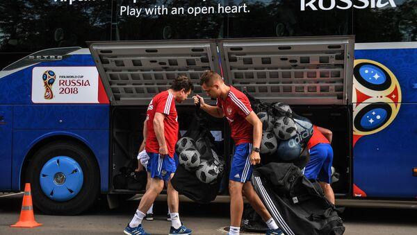 Аутобус фудбалске репрезентације Русије пре отвореног тренинга у Москви - Sputnik Србија