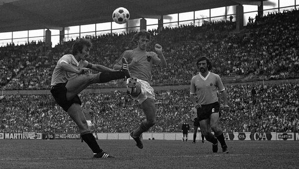 Johan Krojf između dvojice urugvajskih defanzivaca na Mundijalu 1974. - Sputnik Srbija