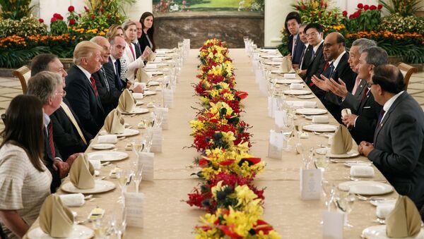 Доналд Трамп на свечаној вечери са премијером Сингапура - Sputnik Србија