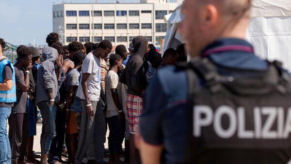 Брод са 629 миграната из Африке неће да приме Италија и Малта - Sputnik Србија