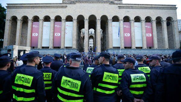 Policija ispred zgrade parlamenta tokom protesta u Tbilisiju - Sputnik Srbija