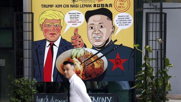 Постер који приказује председника САД Доналда Трумпа и лидера Северне Кореје Ким Џонг Уна у Сингапуру - Sputnik Србија