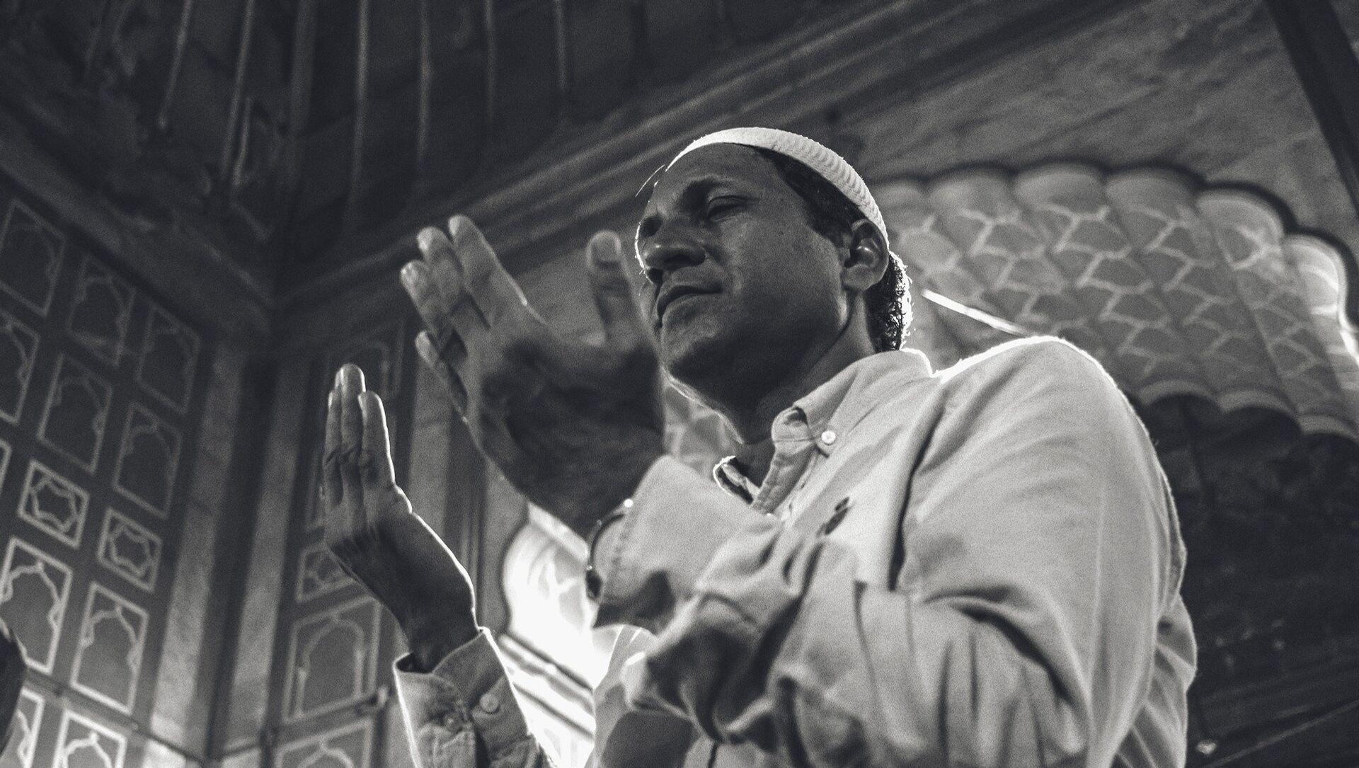 Човек се моли у џамији - илустрација - Sputnik Србија, 1920, 15.06.2021