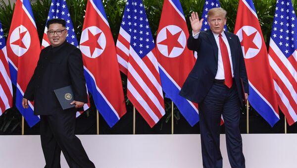 Председник САД Доналд Трамп и председник Северне Кореје Ким Џонг УН у Сингапуру - Sputnik Србија
