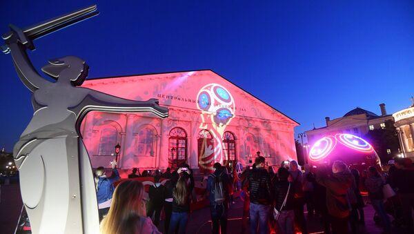Svetlosni šou na zgradi Manježa u Moskvi posvećen Svetskom prvenstvu u fudbalu - Sputnik Srbija