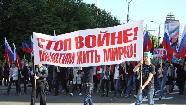 Учесници шетње у Доњецку посвећене Дану самопроглашене Доњецке Народне Републике - Sputnik Србија