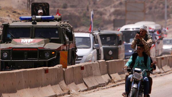 Сиријци пролазе поред конвоја руских војних возила на отварању пута између Хомса и Хаме - Sputnik Србија