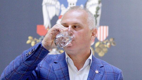 Goran Vesić pije vodu kako bi dokazao da je voda u vodovodu ispravna. - Sputnik Srbija