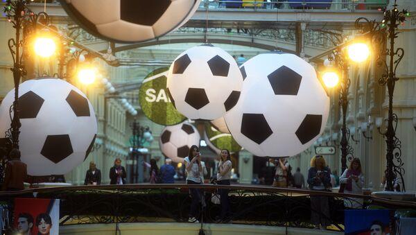 Ukrasi u obliku fudbalskih lopti u tržnom centru GUM u Moskvi. - Sputnik Srbija