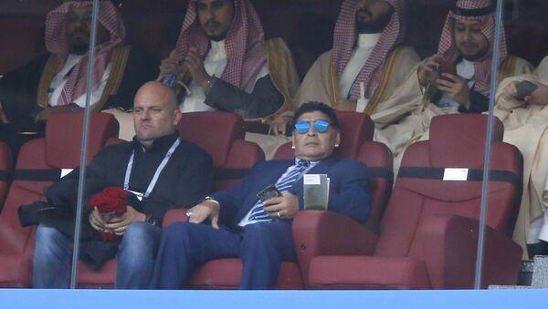 Bivši argentinski fudbaler Dijego Armando Maradona prati utakmicu grupe A između Rusije i Saudijske Arabije na Svetskom prvenstvu u fudbalu u Moskvi - Sputnik Srbija