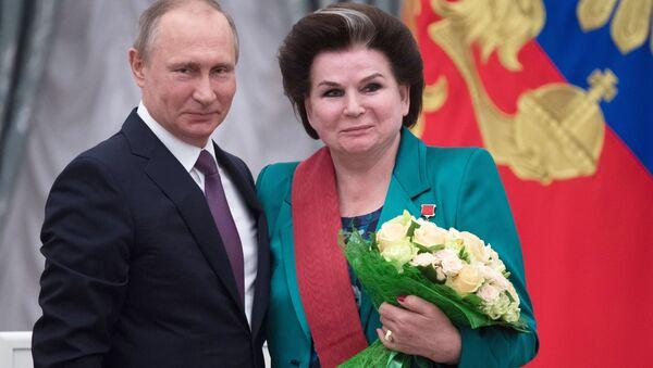 Ruski predsednik Vladimir Putin i kosmonautkinja Valentina Tereškova - Sputnik Srbija