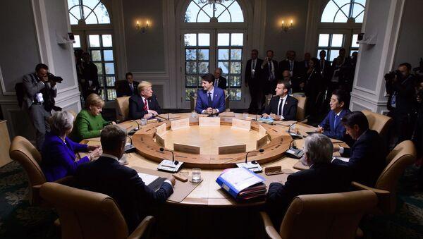 Премијер Канаде Џастин Трудо, председник Француске Емануел Макрон, премијер Јапана Шинзо Абе, премијер Италије Ђузепе Конте, председник Европске комисије Жан-Клод Јункер, председник Европског савета Доналд Туск, премијерка Велике Британије Тереза Меј, немачка канцеларка Ангела Меркел и председник САД Донадл Трамп на радној седници самита Г7 у Квебеку - Sputnik Србија