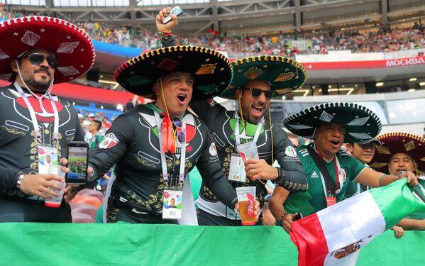 Навијачи мексичке репрезентације пре почетка мечева у фудбалу у групи између репрезентација Немачке и Мексика. - Sputnik Србија