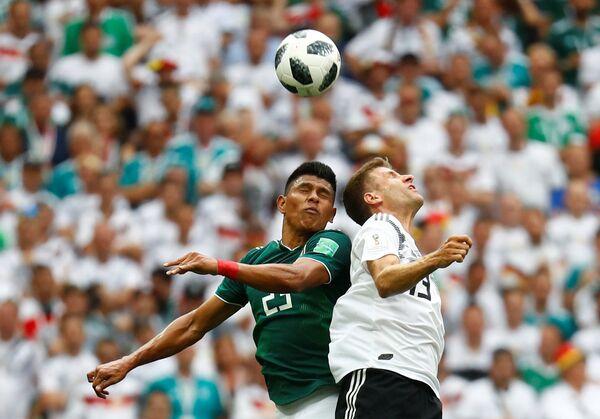 Немачки фудбалер Томас Милер у дуелу с Мексиканцем Хесусом Гаљардом - Sputnik Србија