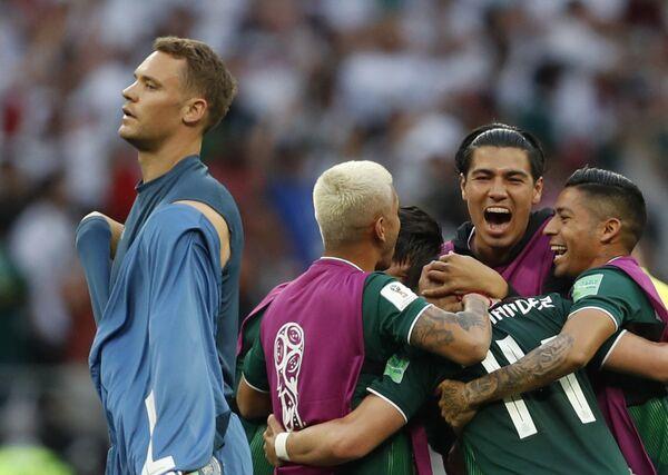 Голман Немачке Нојер пролази поред Мексиканаца који се радују победи над његовом репрезентацијом - Sputnik Србија